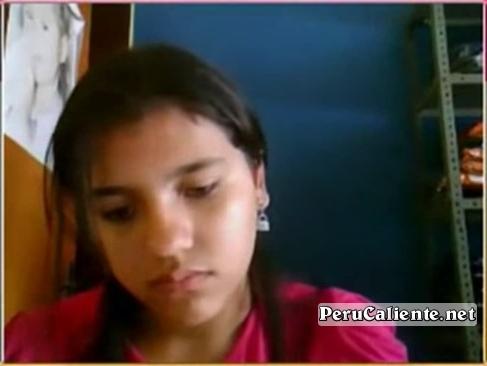 Deux adolescentes jouent avec la webcam et c'est le fou